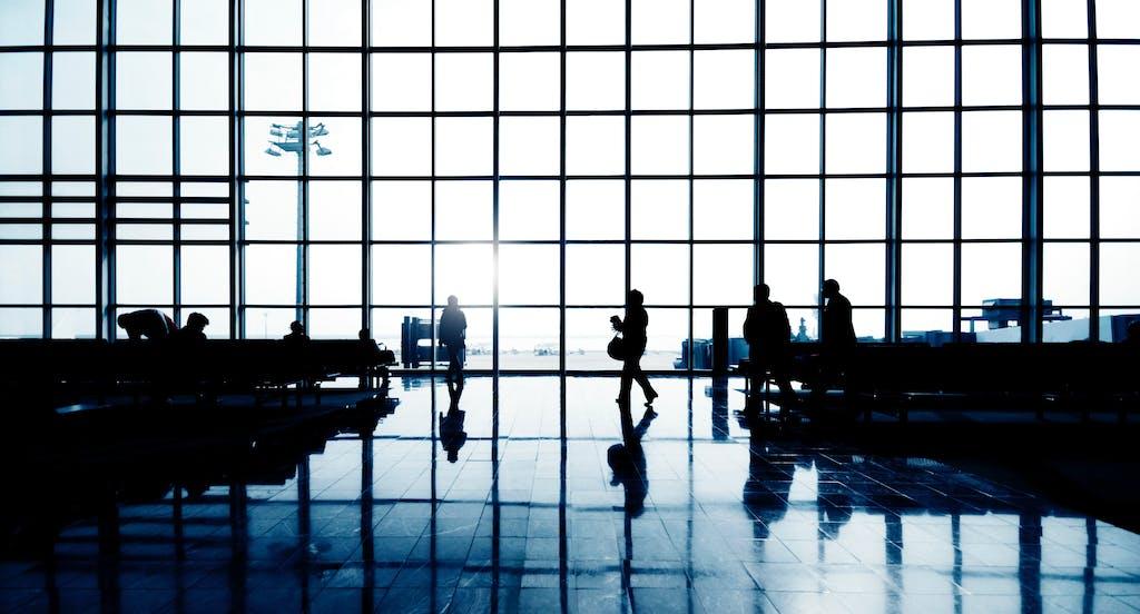 Flughafen mit Menschen für weather based advertising