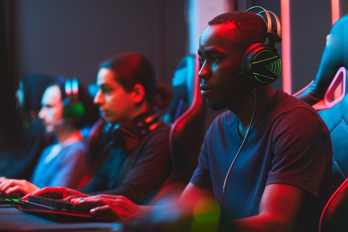Junge eSportler an einem Offline Turnier