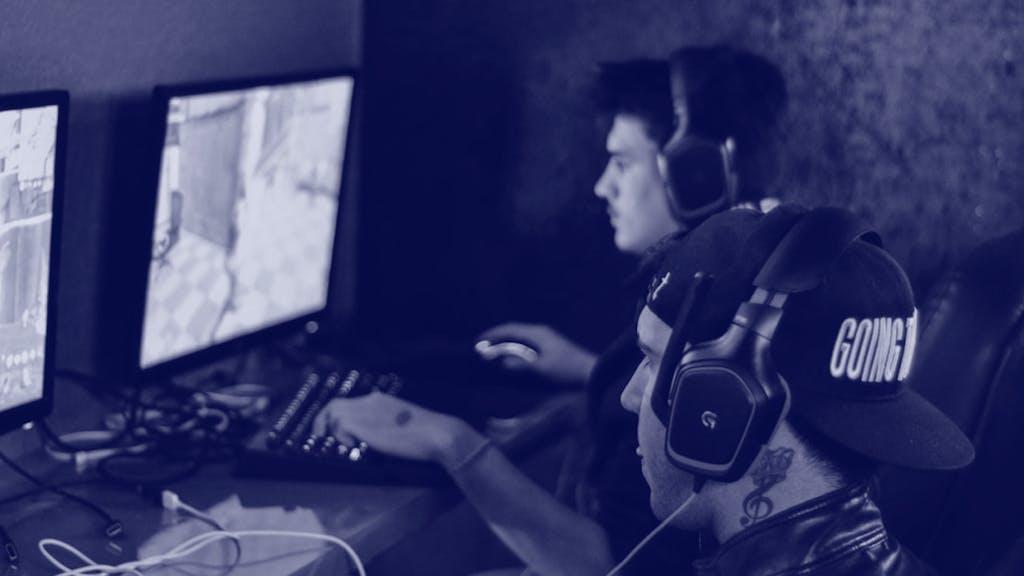 eSport Gamer vor dem Bildfschirm